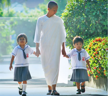 transcendental meditation thailand - Acharn Yai, a Buddhist nun walks with children